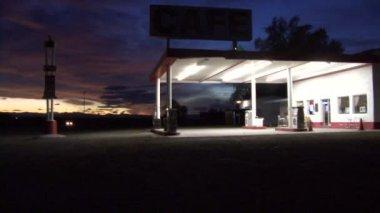 放棄されたガソリン スタンド — ストックビデオ