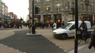 Commuters crossing Oxford Circus — Stock Video
