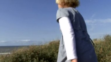 兄と妹の歩行 — ストックビデオ