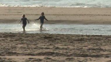 Children running on the beach — 图库视频影像