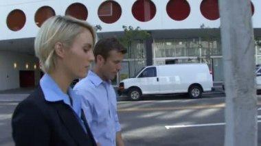 Macho e fêmea, andando na rua — Vídeo stock