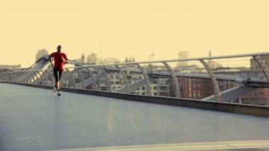 Male starting positions on millenium bridge — Stock Video