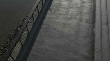 Runner on embankment under millenium bridge — Stock Video