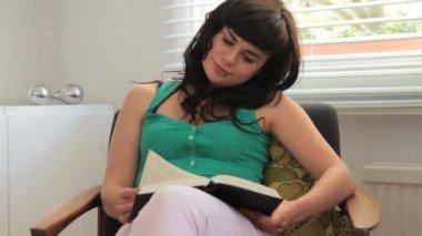 Kvinnliga läsa bok — Stockvideo
