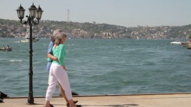 Couple walking on Promenade — Stock Video