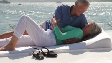 Couple on yacht sunbathing — Stock Video