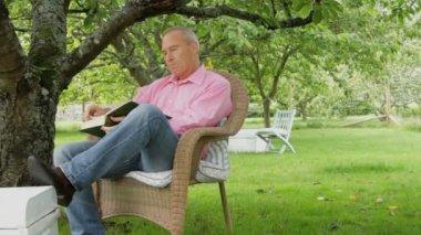 Couple talking in garden — Stock Video