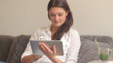 デジタル タブレットで読む女性 — ストックビデオ