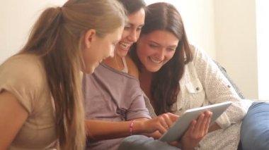 Vrienden kijken naar digitale Tablet PC — Stockvideo