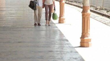Couple walking on railstation platform — Stock Video