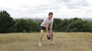 Exercice avec cloche de vache — Vidéo