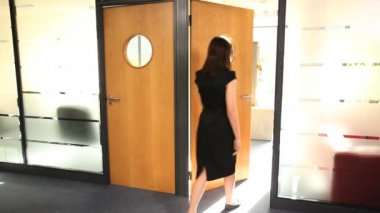 Female entering door and close for meeting — Stock Video