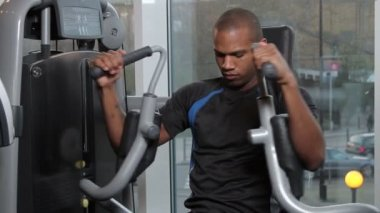 Male working out in gym — Stock Video