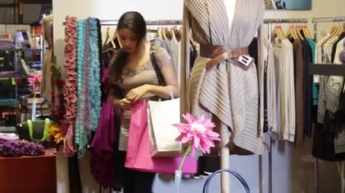 Female in clothes shop — Vídeo stock