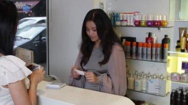 Kunden betalar i frisersalong — Stockvideo