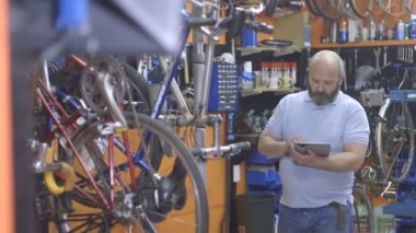 Man using tablet in workshop — Stock Video