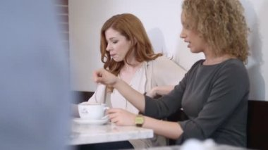 Women sitting in coffee shop — Stock Video
