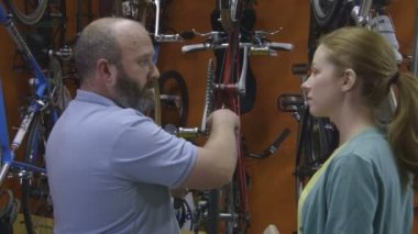 Man and woman in bicycle shop — Stock Video