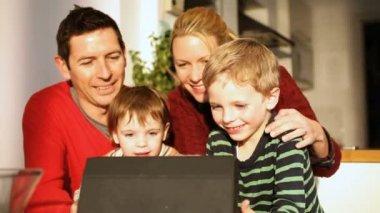 Dizüstü bilgisayar kullanan aile — Stok video
