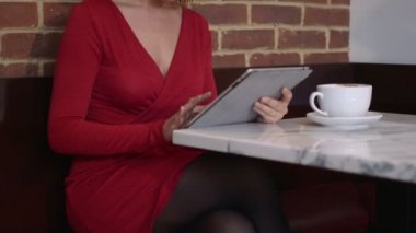 Woman sitting in cafe — Stock Video