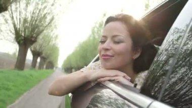 молодая женщина, сидя в машине — Стоковое видео