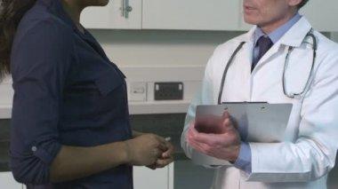 Médico falando com o paciente — Vídeo stock
