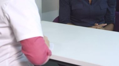 Doctor talking with patient — Stock Video