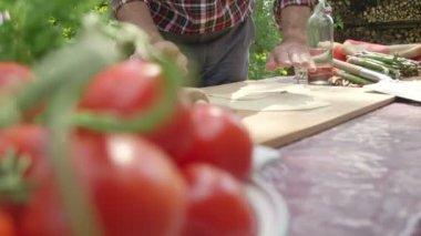 Man preparing pizza — Stock Video