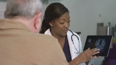 Female doctor using tablet — Stock Video