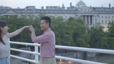 Couple walking across bridge — Stock Video