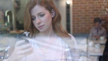 Woman drinking coffee — Stock Video
