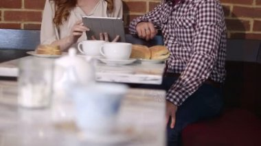 Couple sitting in cafe and discussing — Stock Video