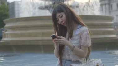 Woman texting message on a mobile phone — Stockvideo
