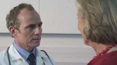 Doctor examining woman eyes — Stock Video