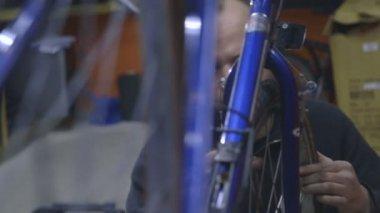 Mature man assembling bicycle — Stock Video