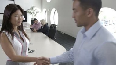 Men and woman shaking hands — Stock Video