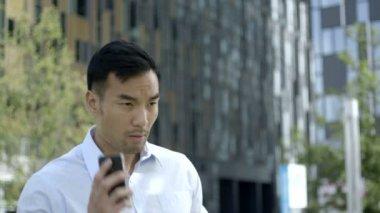 Homem falando no telefone — Vídeo stock