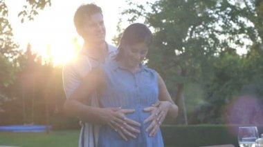 Manžel objímala jeho těhotná manželka — Stock video