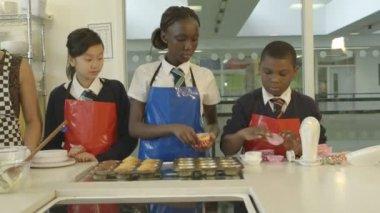 Children arranging cake cases — Stock Video