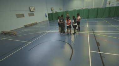 People practicing basketball — Stock Video