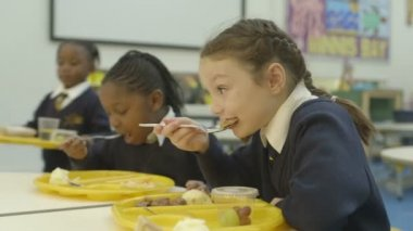School children eating — Stock Video