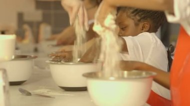 School children preparing food — Stock Video