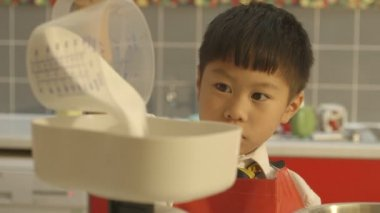 Pouring flour into bowl — Stock Video