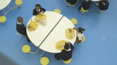 Schoolgirls and schoolboys eating — Stock Video