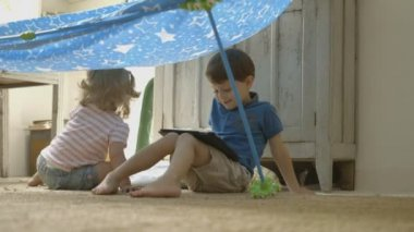 Brother and sister with digital tablet — Stock Video