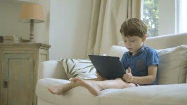 デジタル タブレットで遊ぶ少年 — ストックビデオ