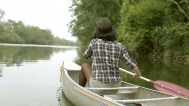 Couple rowing boat — Stock Video