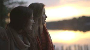 Women talking on riverbank — Stock Video