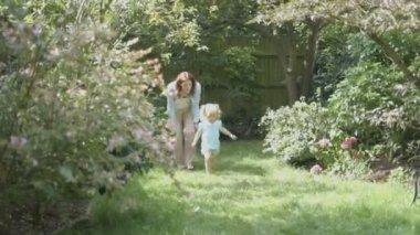 Mother and daughter playing in garden — Stock Video
