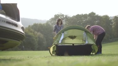 Couple assembling dome tent — Stock Video